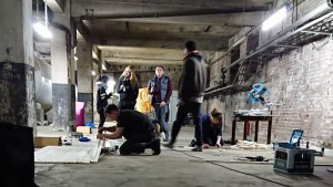 Künstler bei der Arbeit im Tiefkeller